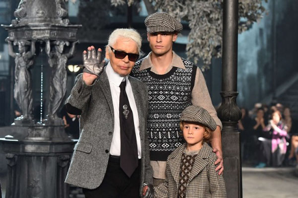 "German designer Karl Lagerfeld (L) walks the runway at the end of the 12th Chanel Metiers d'Art show ""Paris-Rome"", an annual event to honor craftsmanship that artisan partners bring to the house's collections, on December 1, 2015 at the Cinecitta studios in Rome.  AFP PHOTO / GABRIEL BOUYS"