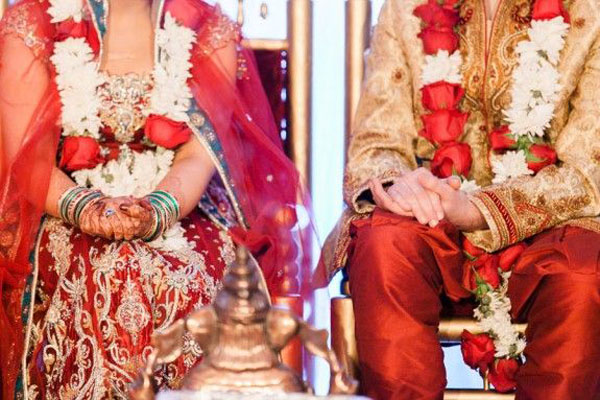 Indian-couple-in-traditional-Indian-wedding-attire