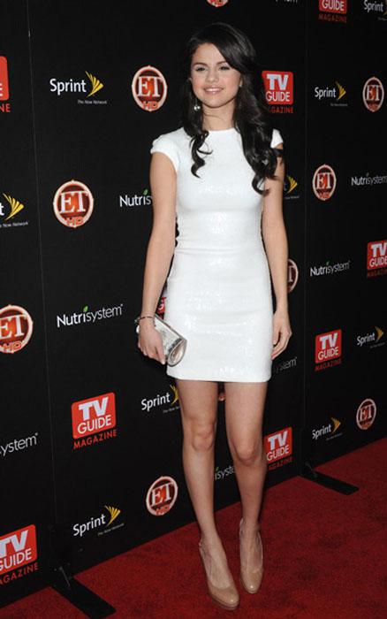 Selena-Gomes-v-belom-plate