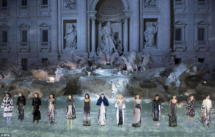 360DE68400000578-3679802-Stunning_The_fountains_were_designed_by_Italian_architect_Nicola-a-49_1467928641784