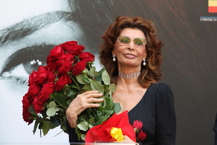 NAPOLI, CAMPANIA/NAPOLI, ITALY - 2016/07/09: Actress Sophia Loren during her honorary citizen ceremony in Napoli. Ceremony of honorary citizen to Sophia Loren at the courtyard of the Maschio Angioino in Napoli. (Photo by Salvatore Esposito/Pacific Press/LightRocket via Getty Images)